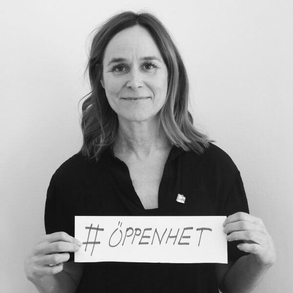 """Foto på Lisa Gawell hållandes en skylt med texten """"öppenhet"""""""