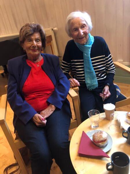 Foto där Hédi Fried (till höger) sitter med sin syster Livia Fränkel.