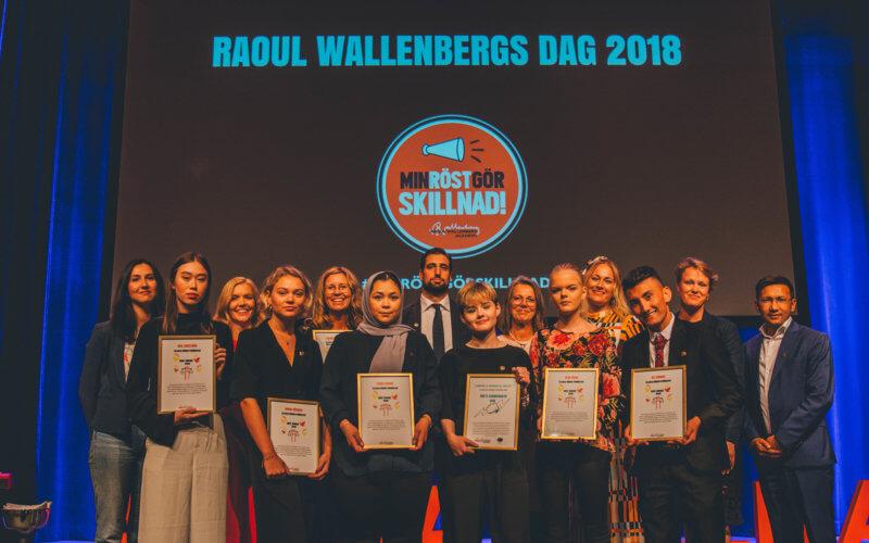 Bild på personer i en grupp, alla har fått pris av Raoul Wallenberg Academy