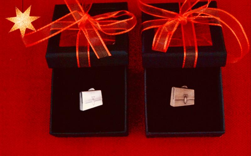 Bild på två pins i en ask med rosett
