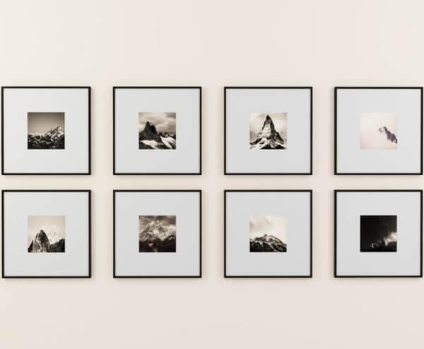 fotoramar hängandes på en vägg