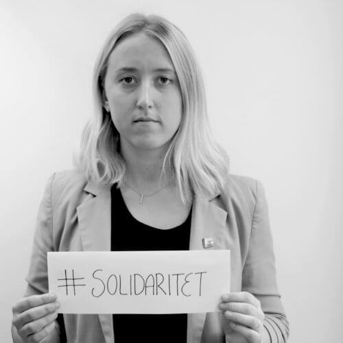 Bild på Moa Fohlin som håller i en skylt som det står solidaritet på